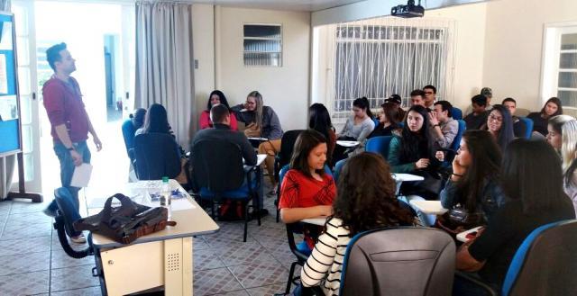 Jovens aprendem sobre acessibilidade e inclusão no mundo do trabalho