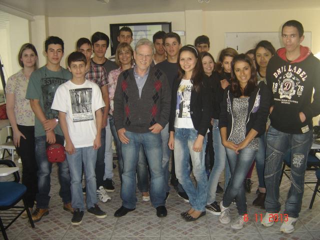 Roberto Amaral conversa com os jovens aprendizes na FCJ