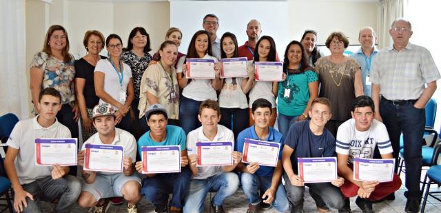 Fundação Carlos Joffre e Celesc entregam certificados aos jovens aprendizes